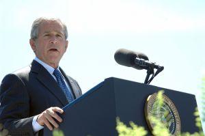 1280px-George_W._Bush_speaks_at_Coast_Guard_commencement